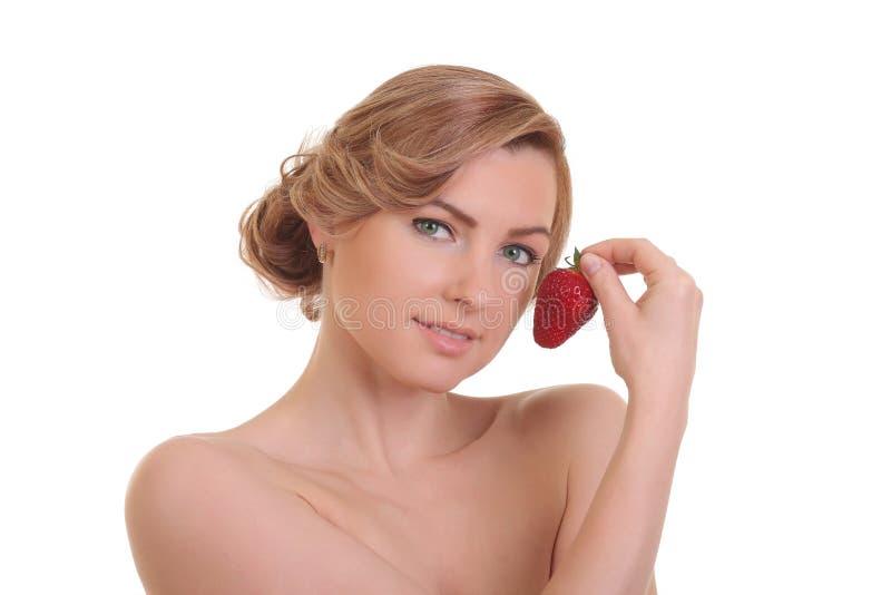 Sch?ne junge blonde Frau mit Erdbeere lizenzfreie stockfotografie