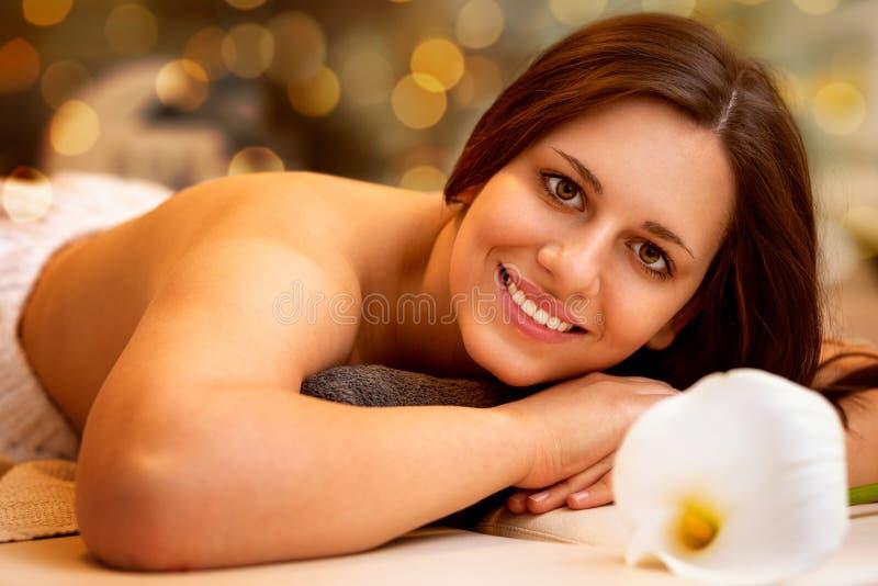 Sch?ne junge Frau im Badekurortsalon stockbilder