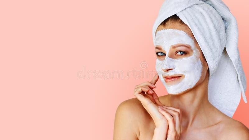 Sch?ne junge Frau mit Gesichtsmaske auf ihrem Gesicht Hautpflege und Behandlung, Badekurort, Natursch?nheit und Cosmetologykonzep stockbild