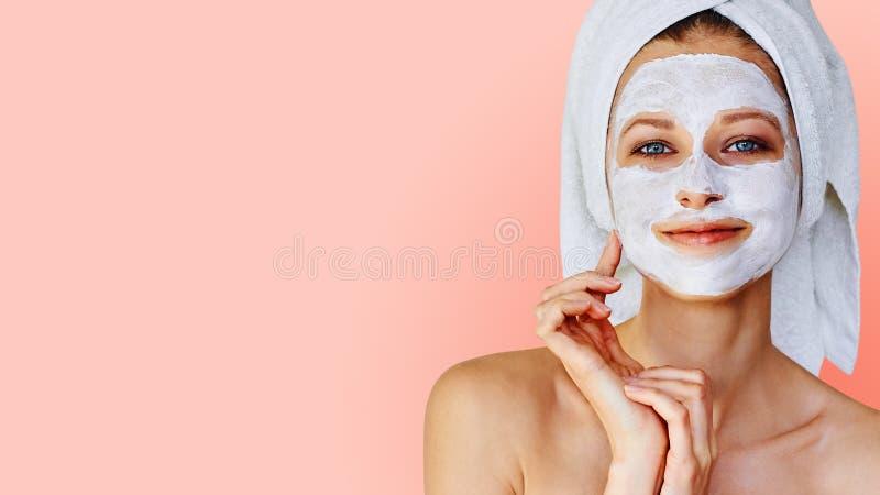 Sch?ne junge Frau mit Gesichtsmaske auf ihrem Gesicht Hautpflege und Behandlung, Badekurort, Natursch?nheit und Cosmetologykonzep stockfotos
