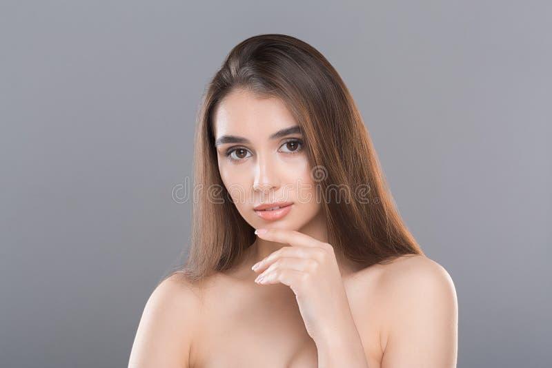 Sch?ne junge Frau mit sauberer frischer Haut stockfotos