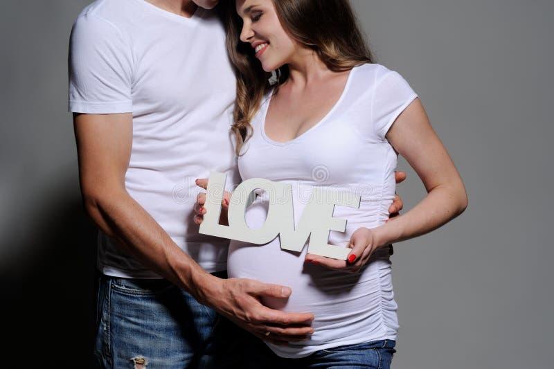 Sch?ne junge Paare, die Baby erwarten lizenzfreies stockfoto