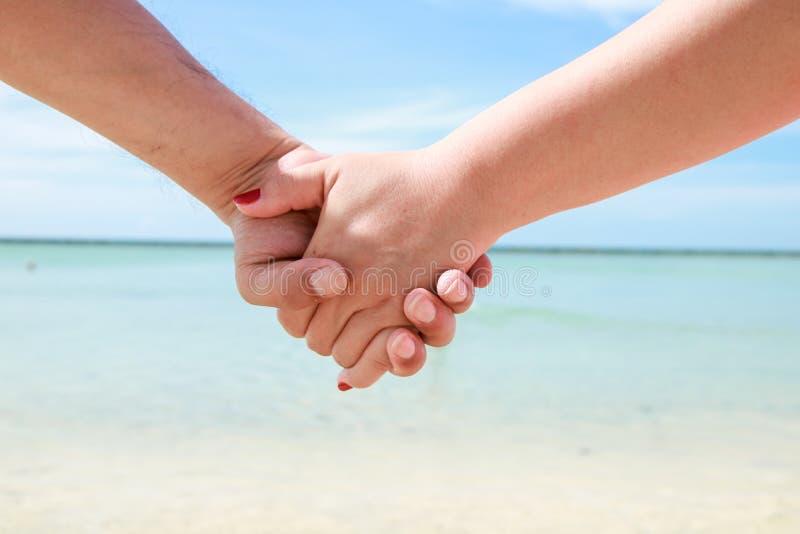 Sch?ne junge Paare Hand in Hand lizenzfreie stockfotos