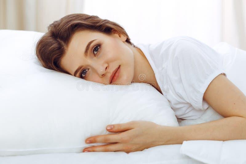 Sch?ne junge schlafende Frau beim L?gen in ihrem Bett Konzept der angenehmer und Restwiedereinsetzung f?r Berufsleben stockbild