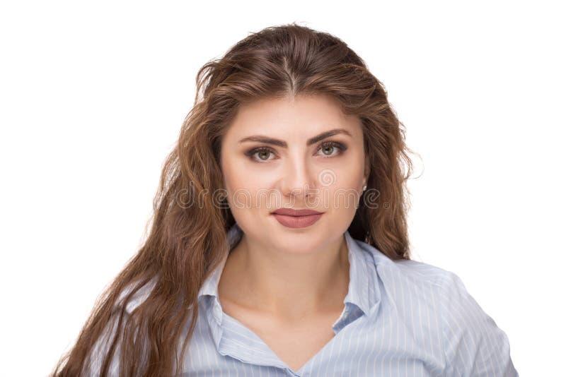 Sch?ne kaukasische Frau mit dem losen gelockten Haar l?chelnd und Kamera betrachtend lizenzfreie stockbilder