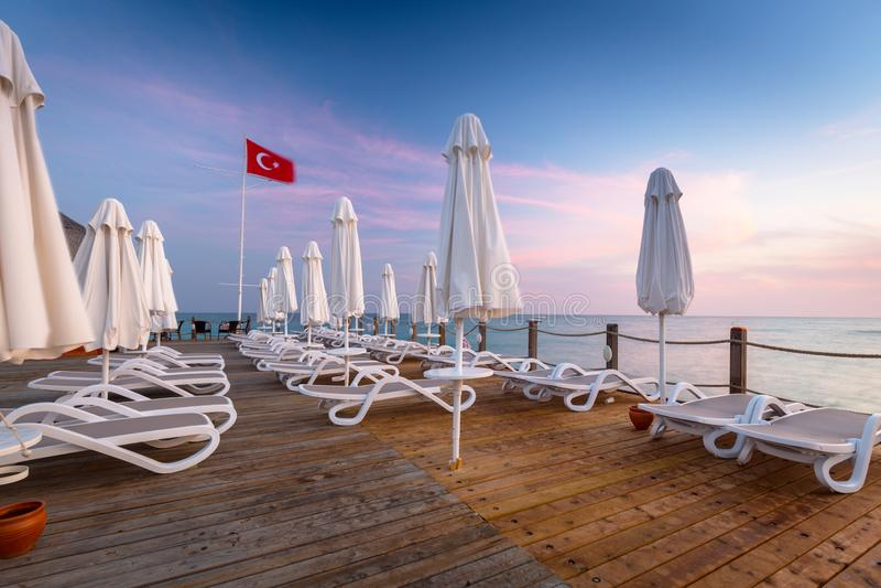Sch?ne Landschaft mit h?lzernem Pier auf dem T?rkischen Riviera bei Sonnenuntergang, Seite stockfotos