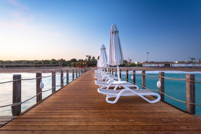 Sch?ne Landschaft mit h?lzernem Pier auf dem T?rkischen Riviera bei Sonnenuntergang, Seite stockbild