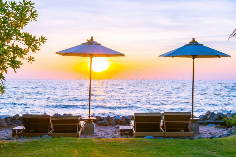 Sch?ne Landschaft von Seeozean auf Himmel mit Regenschirm und von Stuhl herum dort bei Sonnenuntergang stockbild