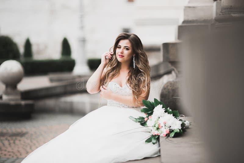 Sch?ne Modebraut bei der Hochzeitskleideraufstellung stockbilder