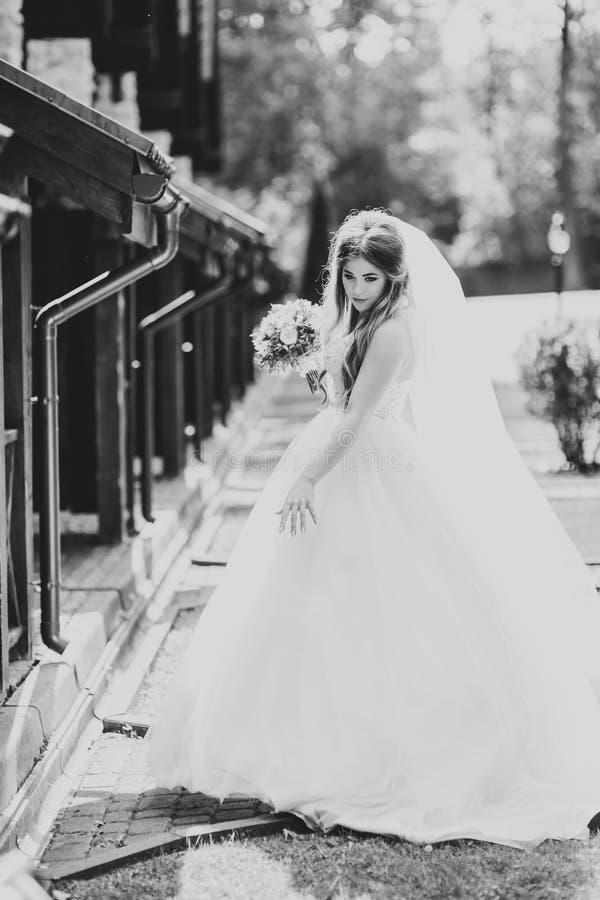 Sch?ne Modebraut bei der Hochzeitskleideraufstellung stockfoto