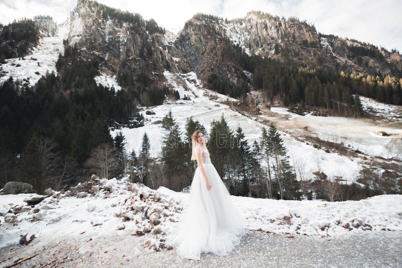 Sch?ne Modebraut bei der Hochzeitskleideraufstellung stockfotografie