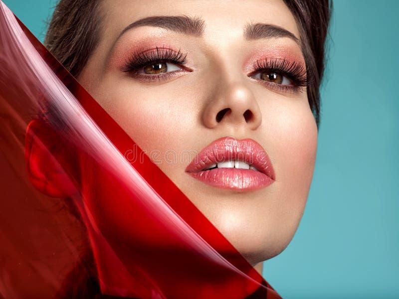 Sch?ne Modefrau mit farbige Einzelteile Attraktives wei?es M?dchen mit lebendem korallenrotem Make-up lizenzfreie stockfotografie