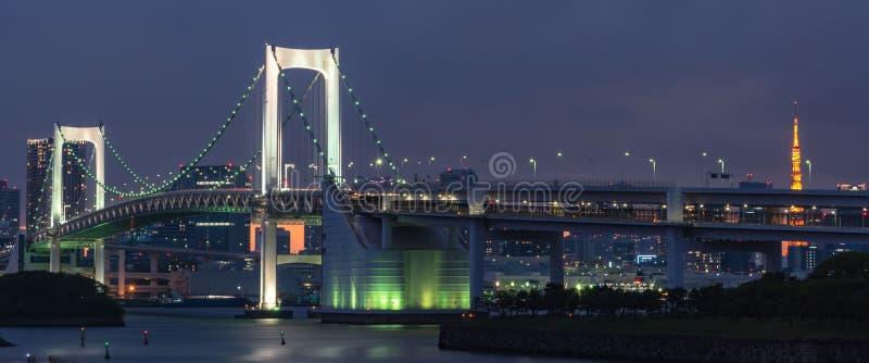 Sch?ne Nachtansicht von Odaiba, Tokyo-Turm und Regenbogen-Br?cke in Tokyo stockfotografie