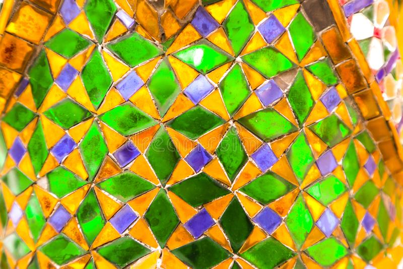 Sch?ne Nahaufnahme masert abstrakte Fliesen und Gold und bunter Glaswandhintergrund und -kunst stockfoto