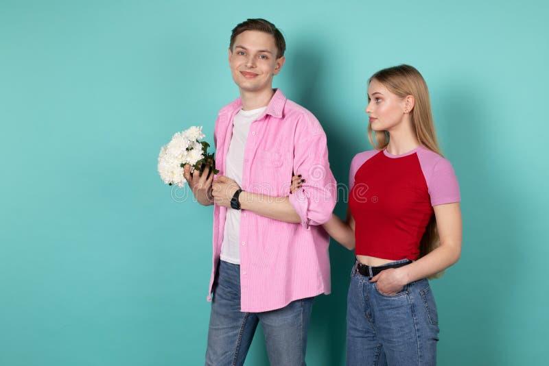 Sch?ne romantische Paarstellung zusammen Hand in Hand stockfoto