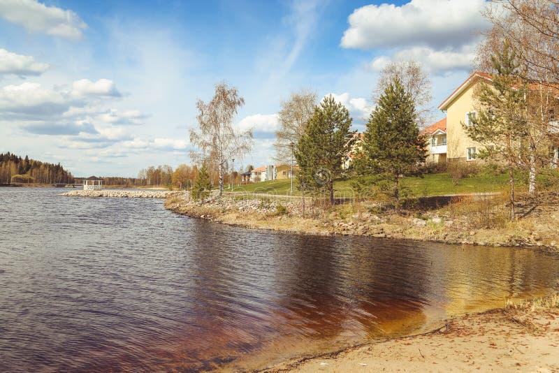 Sch?ne Seeblicke, die H?user, die Birke und Waldfinnische Landschaft Seen und T?ler Sommeransicht von Karelien lizenzfreies stockbild