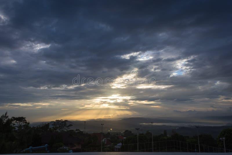 Sch?ne Szene des Sonnenaufgangs oder Sonnenuntergang auf dem Hinterhof des Bandungan-H?gel-Hotels und Erholungsort auf Semarang,  stockfotos