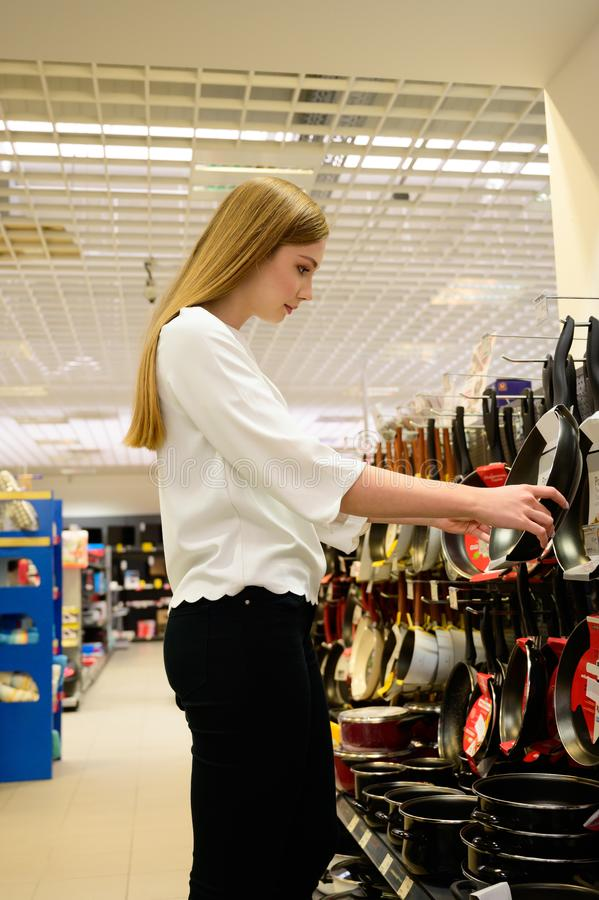 Sch?ne Teller der jungen Frau Einkaufsf?r ihr neues Haus lizenzfreies stockfoto