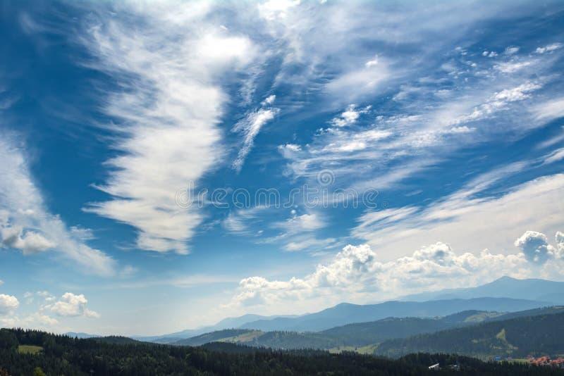 Sch?ne Wolken ?ber den Bergen RAUM F?R BEDECKUNGSschlagzeile UND TEXT Ukrainer Karpaten stockfotos