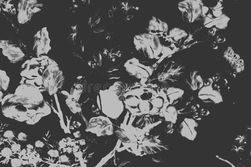 Sch?ner Baumvogel und Blumenkunstmalereien f?rben wei?en und schwarzen Illustrationsmusterhintergrund und -tapete lizenzfreie abbildung