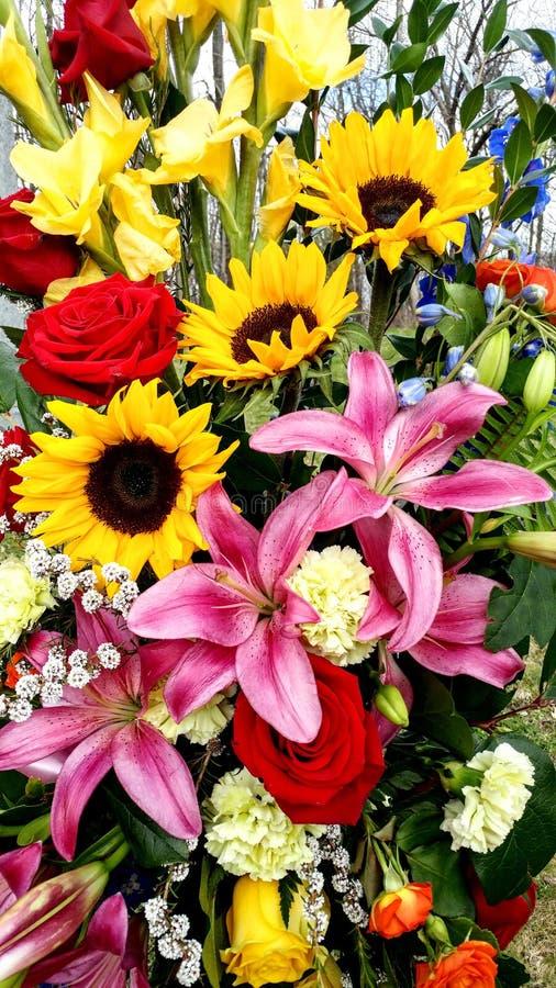 Sch?ner Blumenstrau?, Sonnenblumen, Lillies, Gladiole, Rosen stockbild