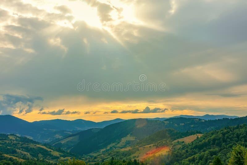 Sch?ner drastischer Sonnenuntergang in den Bergen Karpaten, Ukraine lizenzfreies stockfoto