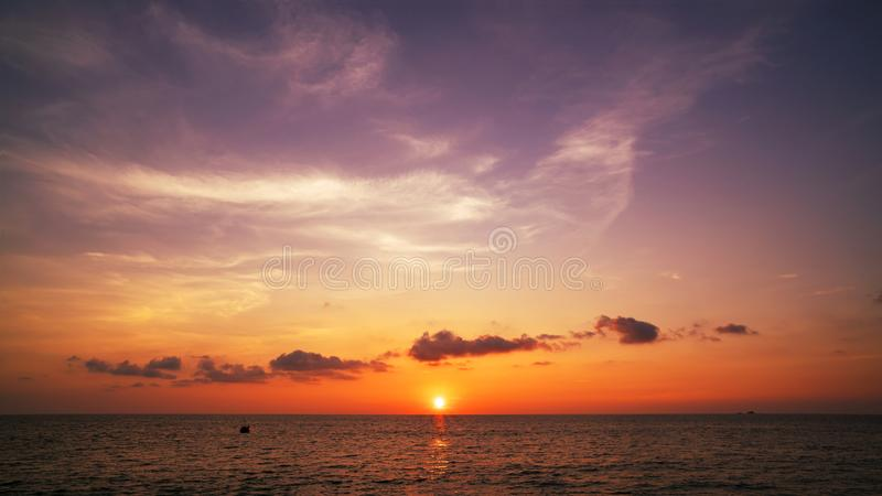 Sch?ner heller Sonnenuntergang oder Sonnenaufgang ?ber Seelandschafts-Naturhintergrund lizenzfreies stockfoto