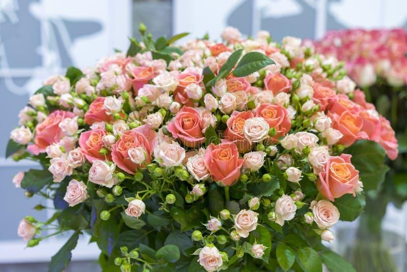 Sch?ner Hochzeitsblumenstrau? in den H?nden der Braut Sch?ner Blumenstrau? der Rosen lizenzfreie stockfotos