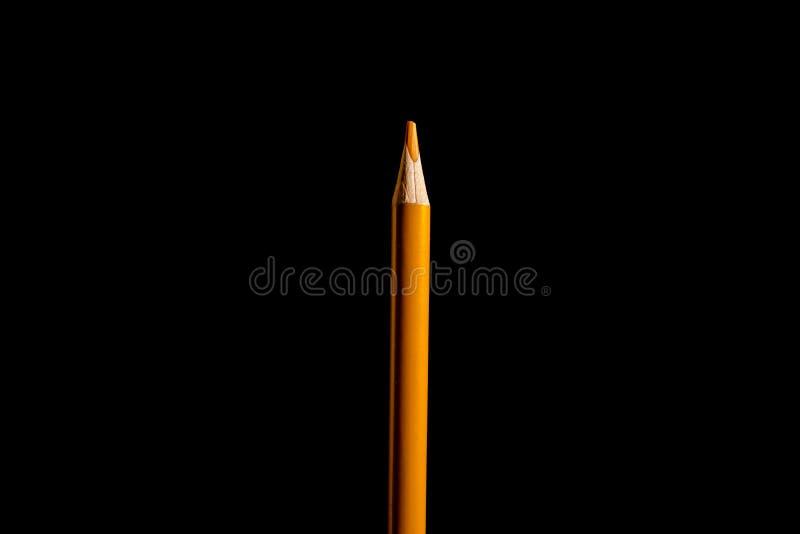 Sch?ner schwarzer, farbiger Bleistift auf schwarzem Hintergrund Bald zur Schule Zur?ck zu Schule lizenzfreie stockfotografie