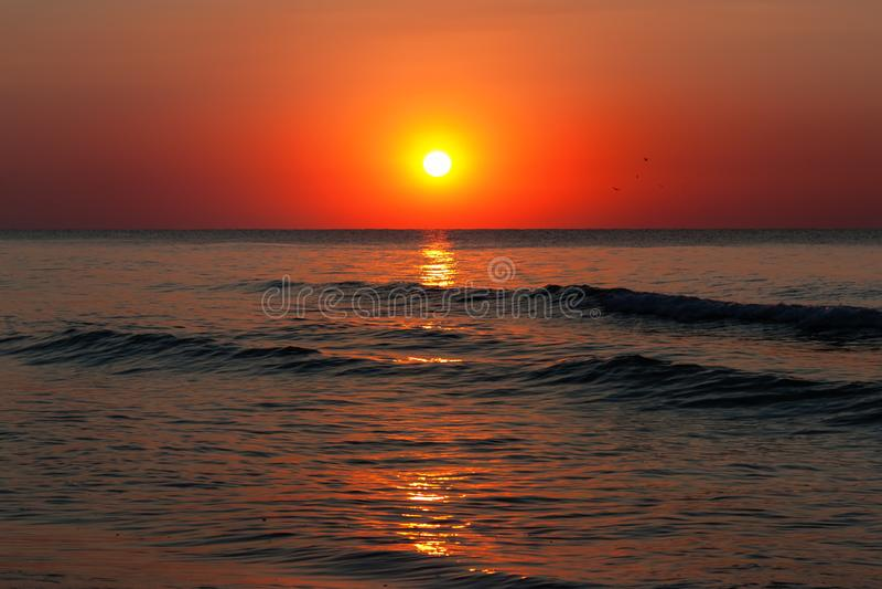 Sch?ner Sonnenaufgang ?ber dem ruhigen ruhigen See lizenzfreie stockfotografie