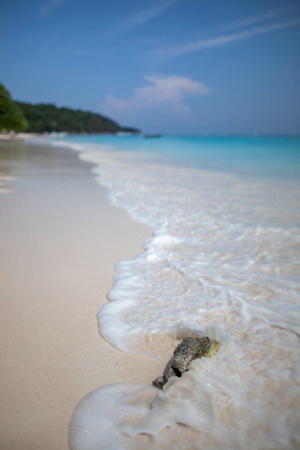 Sch?ner Steinstrand und Wasser spritzt in Tacai-Insel lizenzfreie stockfotos