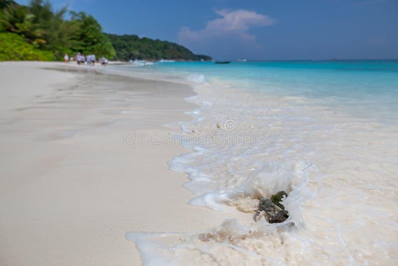 Sch?ner Steinstrand und Wasser spritzt in Tacai-Insel lizenzfreie stockfotografie