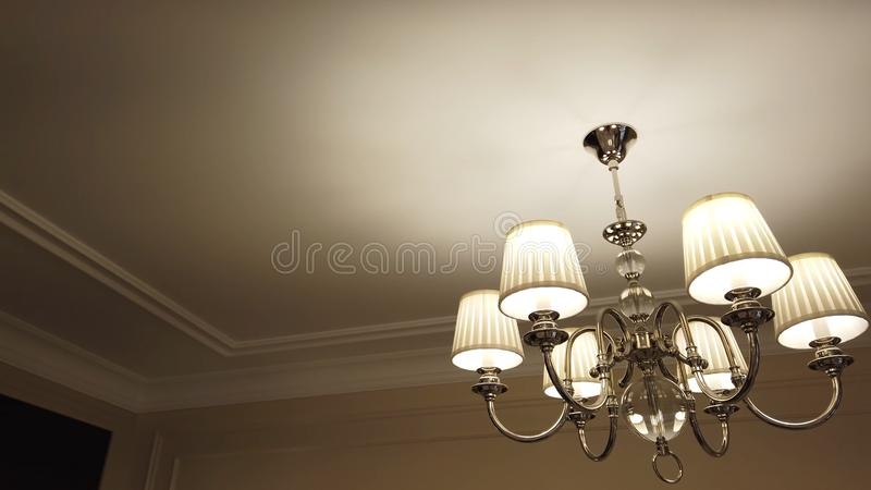 Sch?ner und lieber moderner Leuchter im Wohnzimmer stockfotos