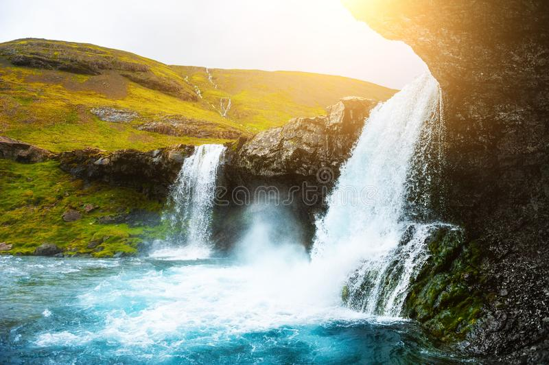 Sch?ner Wasserfall in Ost-Island lizenzfreie stockbilder