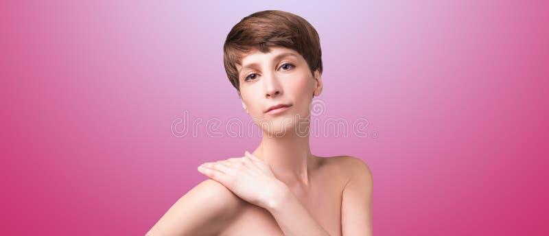 Sch?ner weiblicher Gesichtsabschlu? oben Portr?t des jungen Modells am Studio auf Wei? lizenzfreie stockfotos