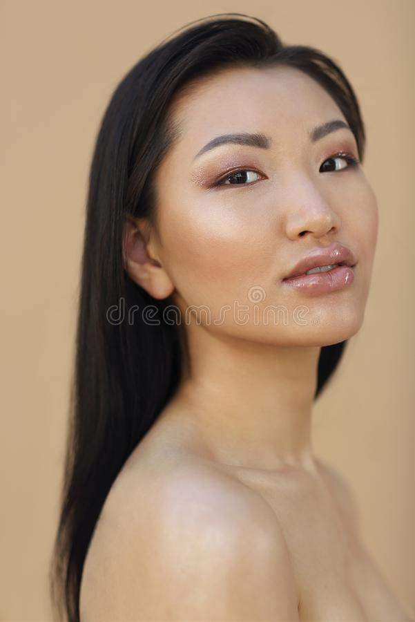 Sch?nes asiatisches Modell mit dem langen dunklen Haar lizenzfreies stockbild