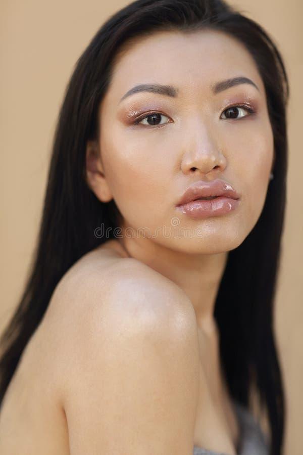 Sch?nes asiatisches Modell mit dem langen dunklen Haar stockfoto