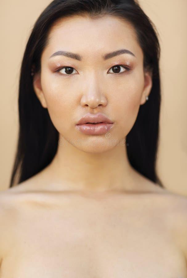 Sch?nes asiatisches Modell mit dem langen dunklen Haar stockbild