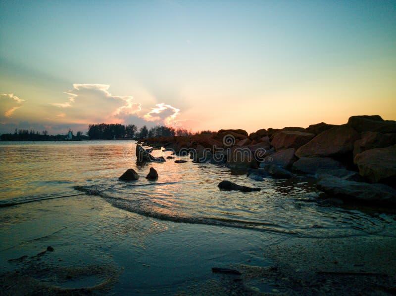 Sch?nes cloudscape ?ber dem Meer, Sonnenuntergangschu? stockfotografie