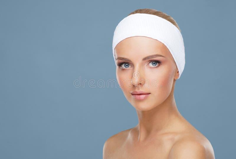Sch?nes Gesicht der jungen und gesunden Frau Hautpflege, Kosmetik, Make-up, Teint und Face lifting stockfoto