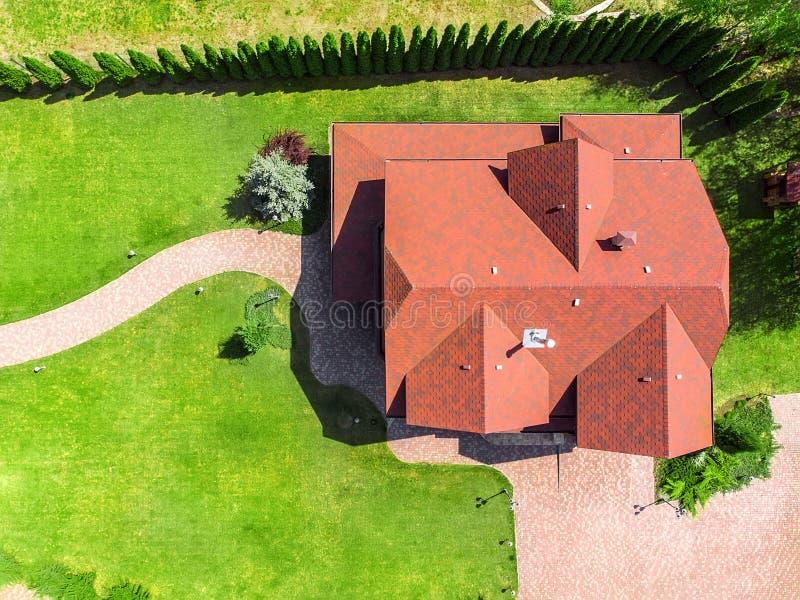 Sch?nes gro?es LuxusHolzhaus Bauholzhäuschenlandhaus mit mit grünem Rasen, Garten und gepflastertem Fußweg auf Hinterhof stockfotografie