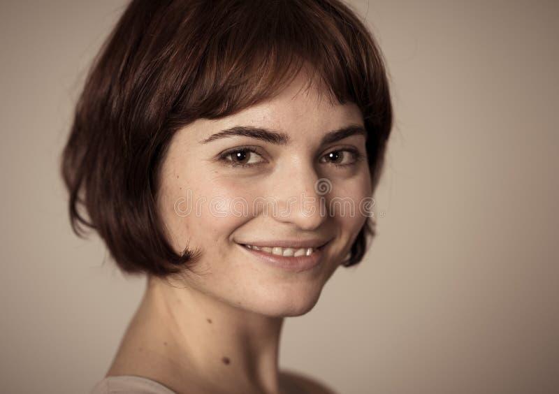 Sch?nes Headshotportr?t der jungen attraktiven Frau mit dem stilvollen kurzen Haar und sinnlichem Blick lizenzfreies stockbild