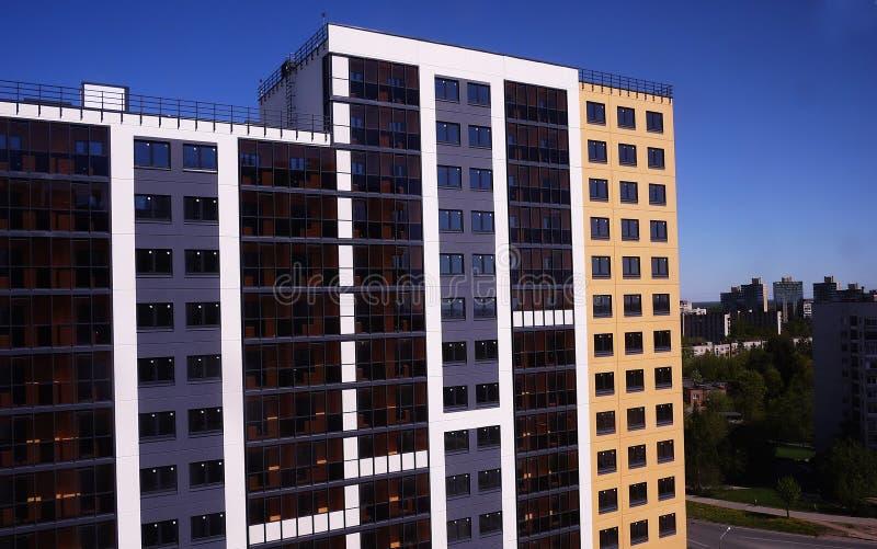 Sch?nes Hochhaushaus Appartement-Hochhaus Details der Glasfassade Details und Nahaufnahme lizenzfreie stockfotos