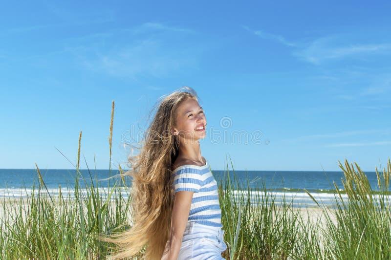 Sch?nes M?dchen, das auf dem Strand stillsteht lizenzfreie stockbilder