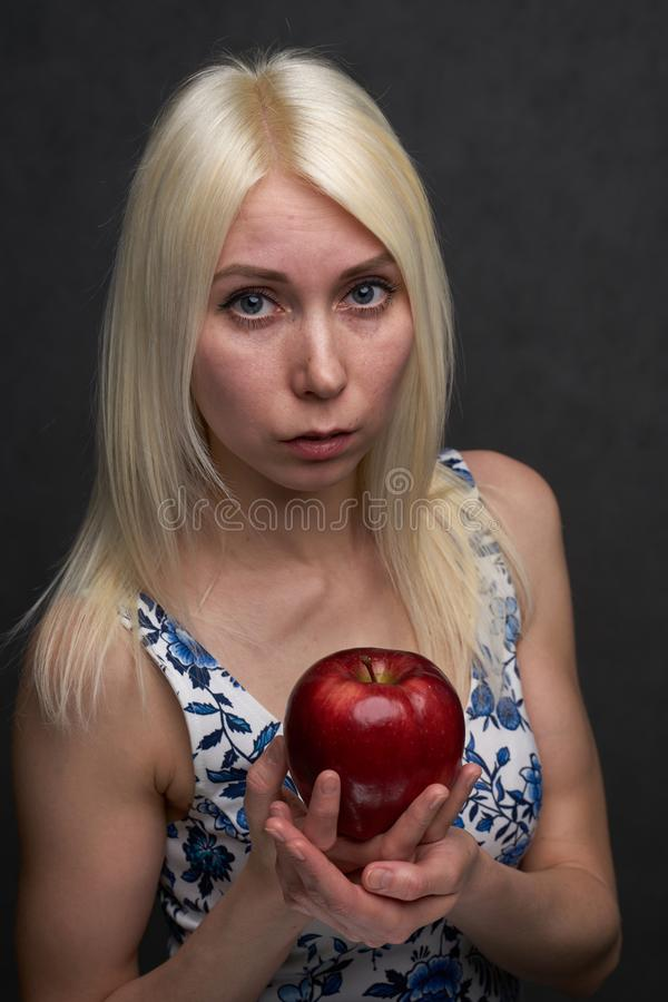 Sch?nes M?dchen in einer modischen Kleidung mit Apfel stockfotos