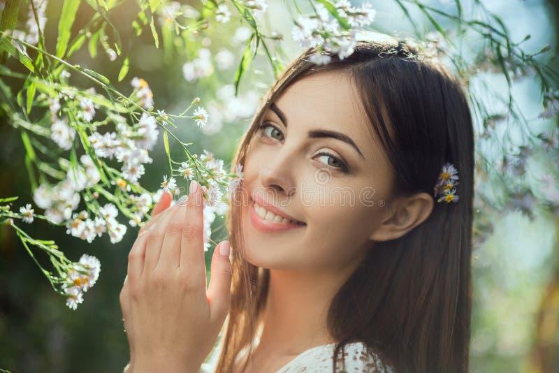 Sch?nes Portr?t der jungen Frau auf dem Blumengebiet lizenzfreies stockbild