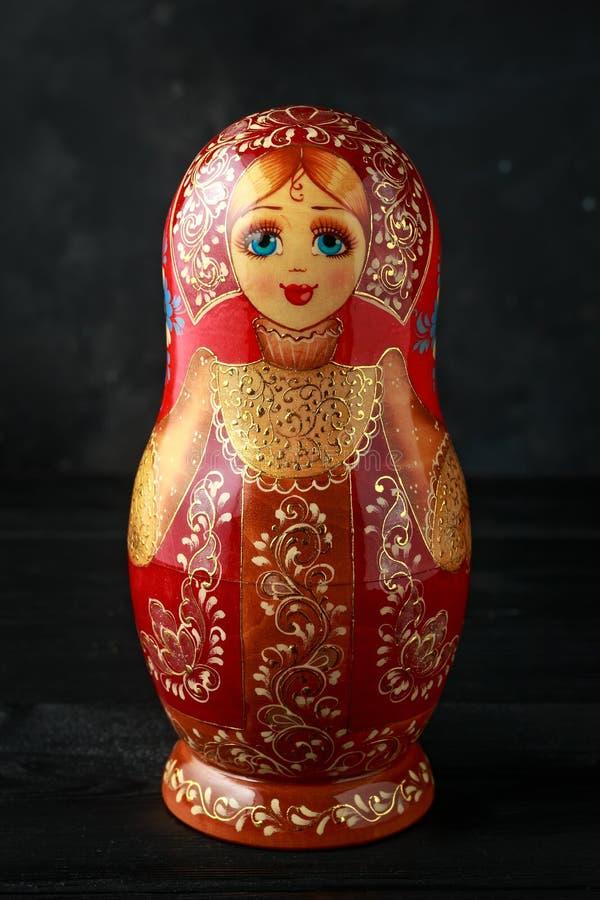 Sch?nes russisches traditionelles Nistenpuppen matreshka auf rustikalem Hintergrund stockbilder