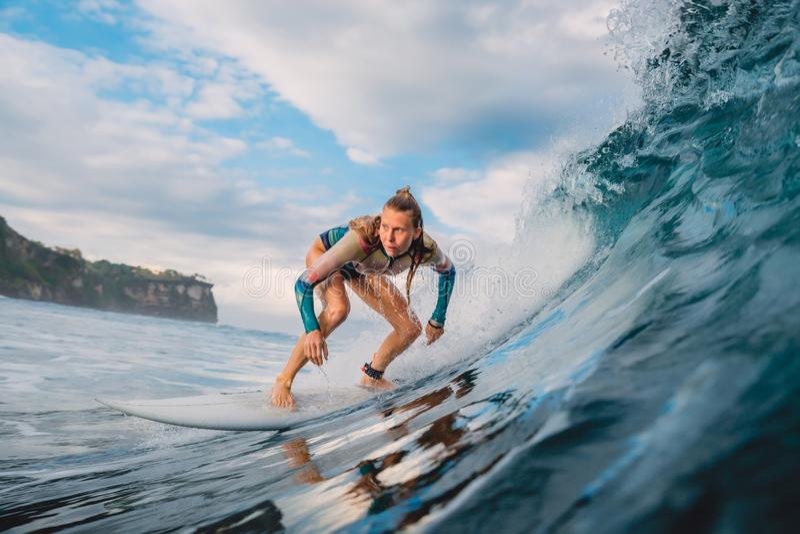 Sch?nes Surferm?dchen auf Surfbrett Frau im Ozean w?hrend des Surfens Surfer- und Fasswelle stockfoto
