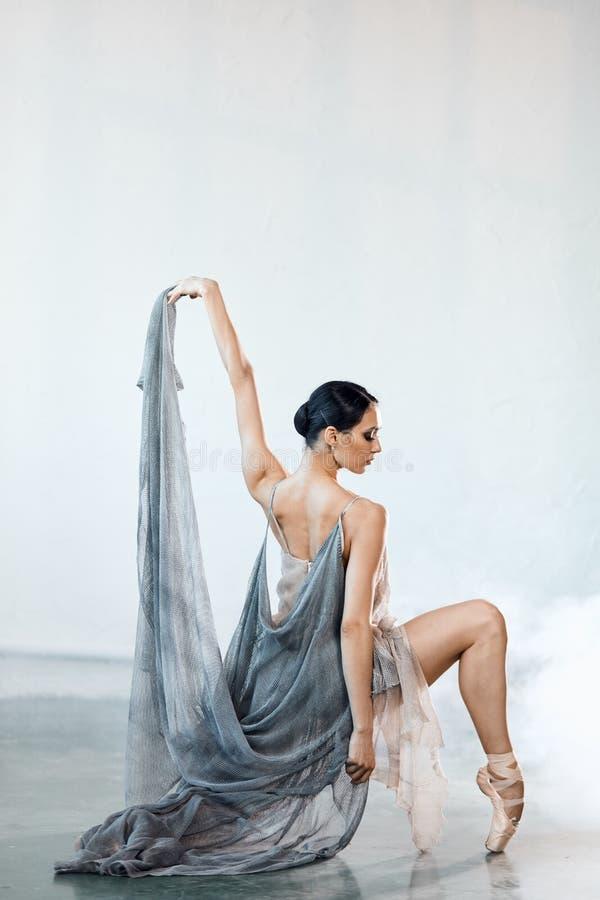 Sch?nes Tanzen der jungen Frau im Studio in pointe Schuhen stockbild
