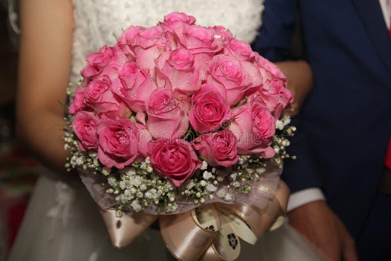 Sch?nes und buntes Rosa stieg Heiratsblumen f?r Braut in der Hochzeit lizenzfreie stockfotografie
